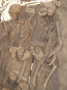 Scheletro di una donna (a destra) con feto di sette mesi