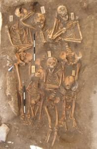 Sepoltura collettiva, nella quale si riconosono (in basso) una madre e due bambini