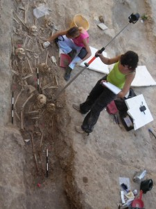 Una delle trincee in corso di scavo.
