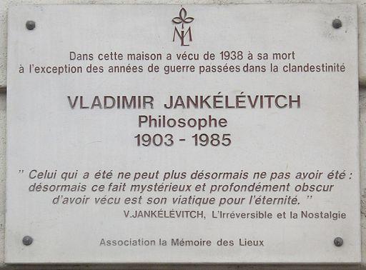 """Plaque apposée au n° 1A du quai aux Fleurs, Paris 4e. « Dans cette maison a vécu de 1938 à sa mort, à l'exception des années de guerre passées dans la clandestinité, Vladimir Jankélévitch, philosophe, 1903-1985. """"Celui qui a été ne peut plus désormais ne pas avoir été : désormais ce fait mystérieux et profondément obscur d'avoir vécu est son viatique pour l'éternité."""" - V. Jankélévitch, L'Irréversible et la Nostalgie. Association la Mémoire des Lieux. »"""